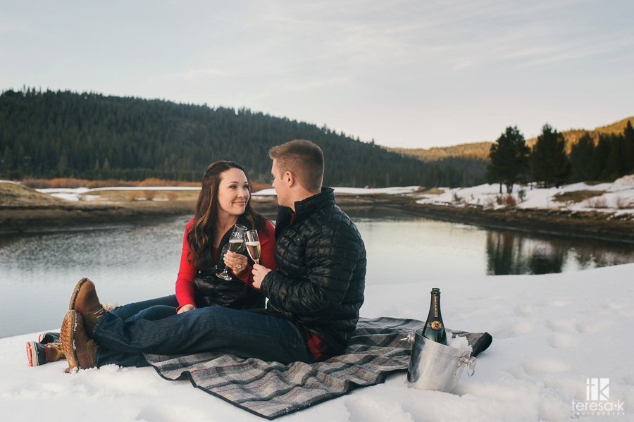 Winter-Lake-Tahoe-Engagement-Session-15